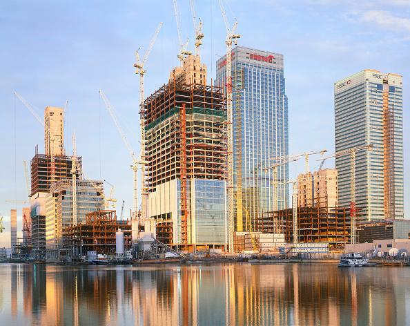 Urban Skyline「Construction in progress in Canary Wharf  Docklands area. London  United Kingdom.」:写真・画像(19)[壁紙.com]