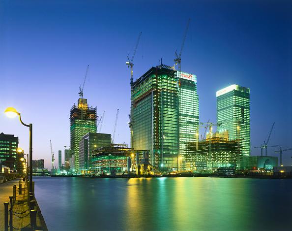 Urban Skyline「Construction in progress in Canary Wharf  Docklands area. London  United Kingdom.」:写真・画像(9)[壁紙.com]