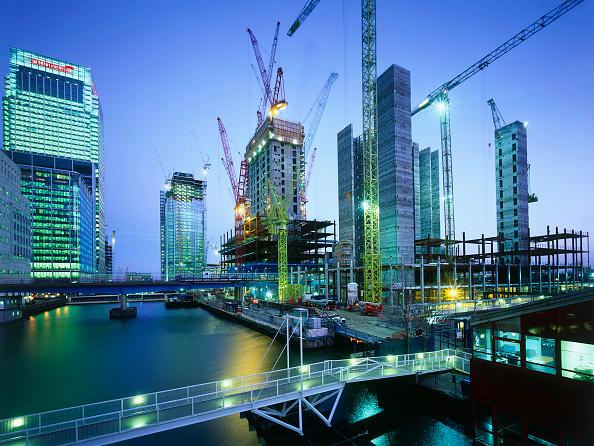 Urban Skyline「Construction in progress in Canary Wharf  Docklands area. London  United Kingdom.」:写真・画像(10)[壁紙.com]