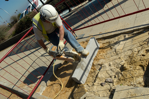Concrete「Construction worker sawing a concrete block, UK」:写真・画像(12)[壁紙.com]