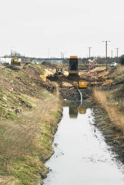 Construction work involving realigning a river at the South Lynn Millennium community development in Kings Lynn, one of seven UK sites set up in conjunction with English Partnerships and Local Government (CLG) which provide innovative homes in an environ:ニュース(壁紙.com)