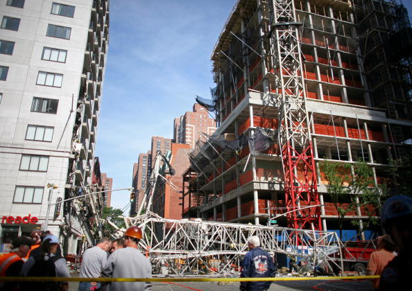 Construction Equipment「Crane Collapses Onto Apartment Building On Manhattan's Upper East Side」:写真・画像(14)[壁紙.com]