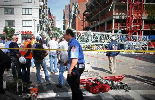 Construction Equipment「Crane Collapses Onto Apartment Building On Manhattan's Upper East Side」:写真・画像(15)[壁紙.com]
