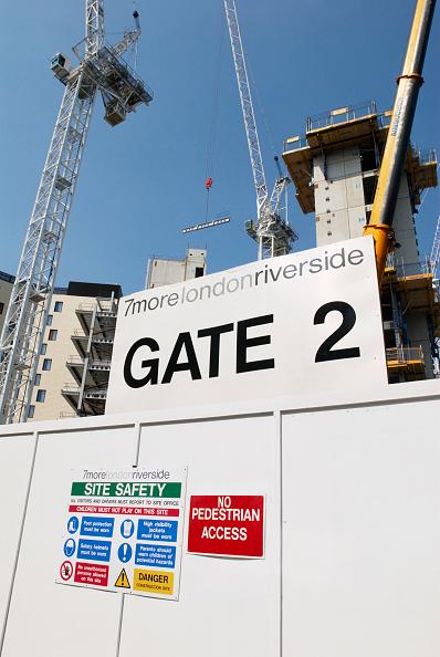 skyscraper「Construction work on an office block as part of the MoreLondonRiverside development, London, UK」:写真・画像(3)[壁紙.com]