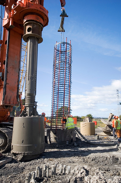 Recycling「Construction crew at work fitting reinforcing into the piling」:写真・画像(13)[壁紙.com]