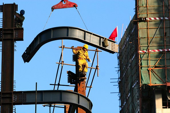 Balance「Construction workers help hoist steel girders into position on a new office tower in Beijing.」:写真・画像(17)[壁紙.com]