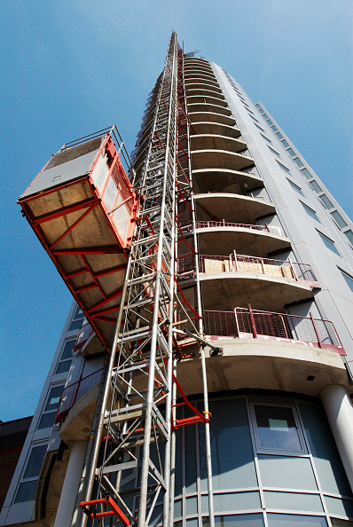 Copy Space「Construction lift crane attached to a luxury apartment development, Croydon, South London, UK」:写真・画像(6)[壁紙.com]