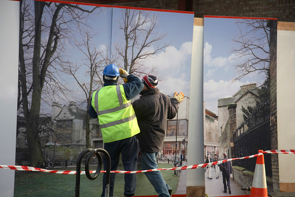 Finance and Economy「Construction workers installing hoarding around a property development site」:写真・画像(5)[壁紙.com]
