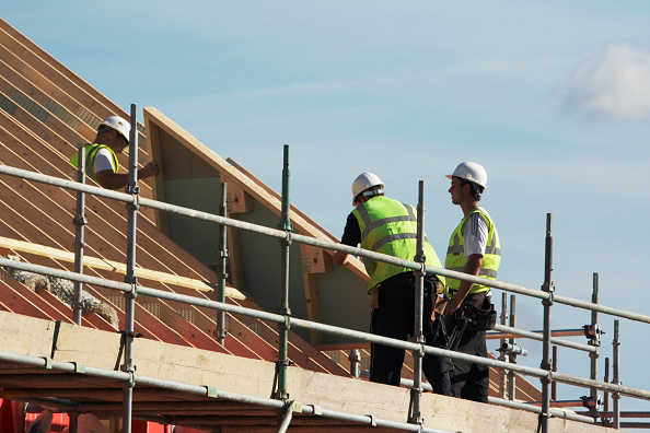 Roofer「Construction workers installing pre-fabricated section at new housing development, Cambridge, England, UK」:写真・画像(2)[壁紙.com]