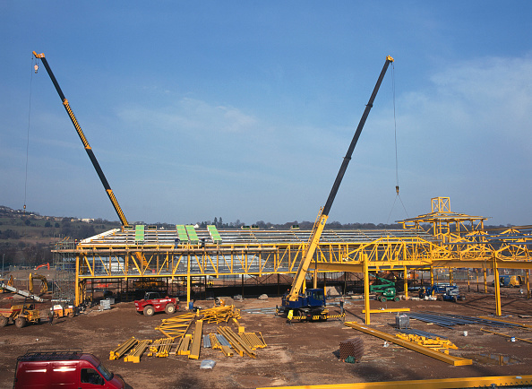 Crane - Construction Machinery「Construction of steel frame building for new supermarket.  Crane erection of steel trusses.」:写真・画像(7)[壁紙.com]