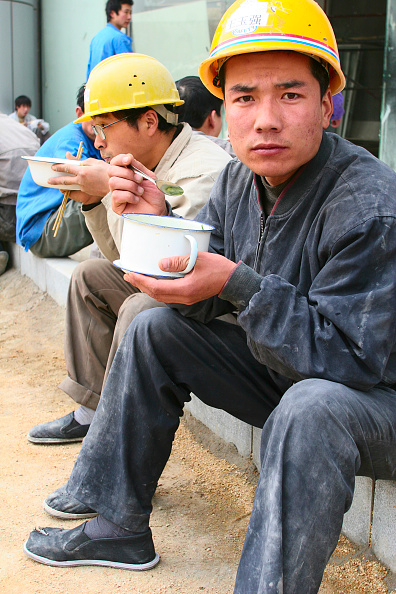 Coffee Break「Construction workers eating lunch on site in Beijing.」:写真・画像(3)[壁紙.com]