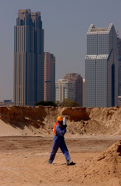 Employment And Labor「Construction Worker on site of New Shopping Mall, Dubai, United Arab Emirates.」:写真・画像(11)[壁紙.com]