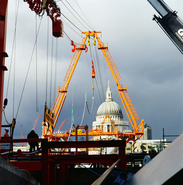 Construction Equipment「Construction of the Millennium Bridge, London, UK」:写真・画像(5)[壁紙.com]