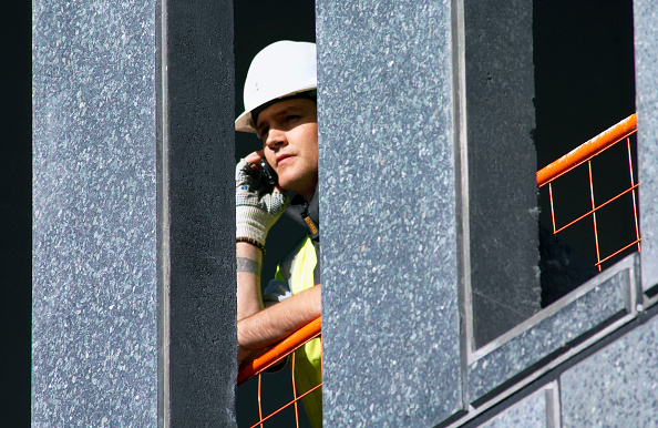 Wireless Technology「Construction worker using a mobile phone on site」:写真・画像(2)[壁紙.com]