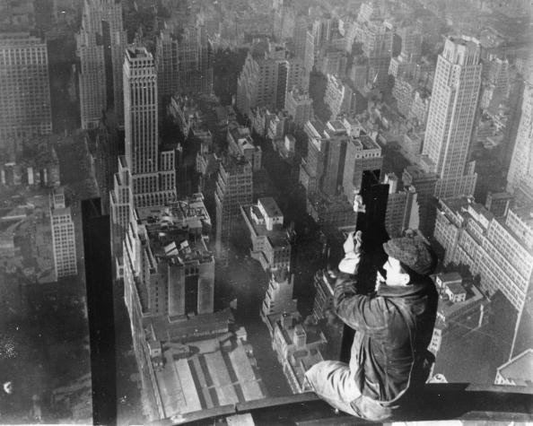 skyscraper「Construction worker sits on a scaffold and looks over New York, Photograph, Around 1930」:写真・画像(19)[壁紙.com]