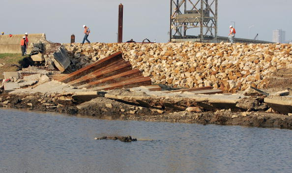 Levee「Clean Up Continues In Storm-Ravaged New Orleans」:写真・画像(5)[壁紙.com]