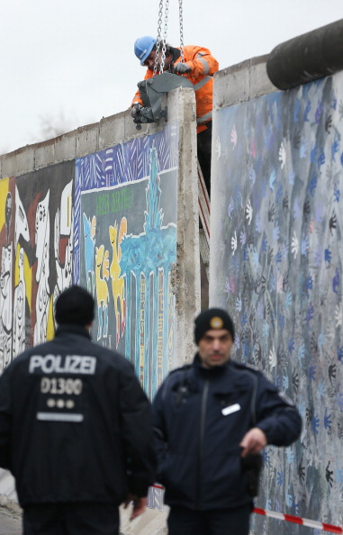 Construction Machinery「Berlin Wall Section To Make Way For Development」:写真・画像(16)[壁紙.com]