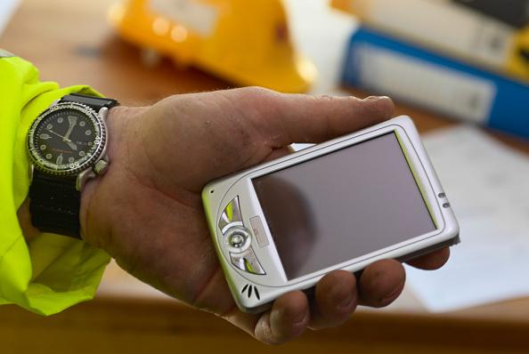 Wireless Technology「Construction manager holding PDA」:写真・画像(9)[壁紙.com]
