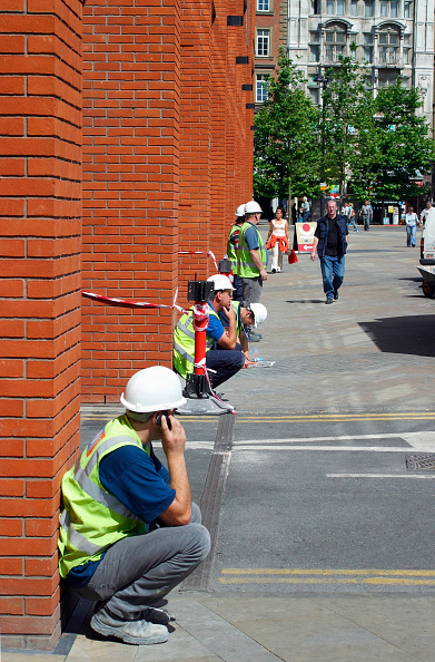 Wireless Technology「Construction workers sitting in the street, London, UK.」:写真・画像(19)[壁紙.com]
