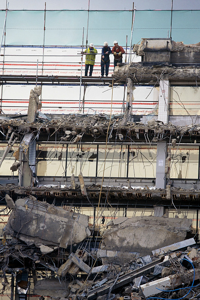 skyscraper「Construction workers at height on a demolition site.」:写真・画像(2)[壁紙.com]
