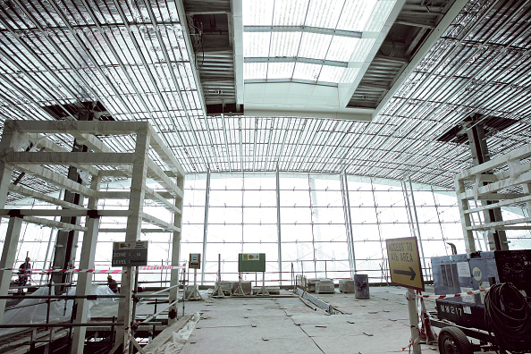 Ceiling「Construction work at Dubai International Airport expansion, Terminal 3, Dubai, United Arab Emirates, September 2006. Measuring 1km from end to end and with 20,000 labourers at work on its mammoth structure, the Dubai International Airport expansion is cu」:写真・画像(5)[壁紙.com]