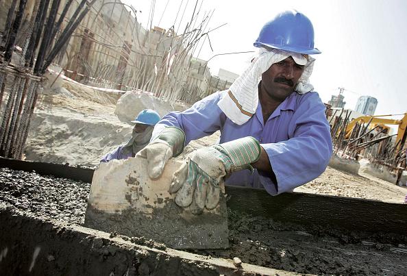 Hardhat「Construction worker at World Trade Center Residence, Dubai, United Arab Emirates, December 18, 2005.」:写真・画像(9)[壁紙.com]