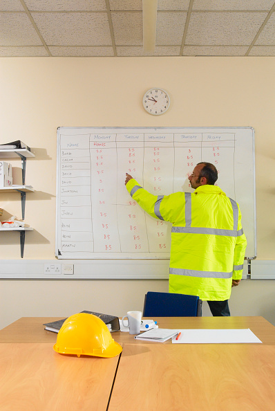 Whiteboard - Visual Aid「Construction worker pointing at timesheet schedule on whiteboard」:写真・画像(3)[壁紙.com]