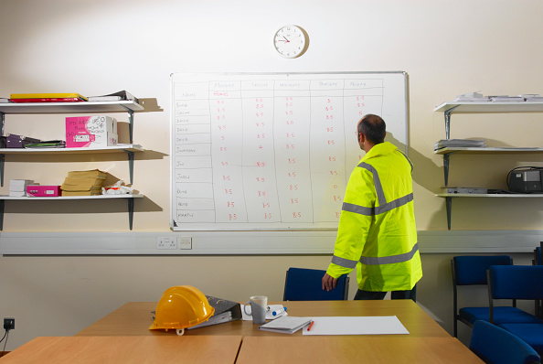 Whiteboard - Visual Aid「Construction worker pointing at timesheet schedule on whiteboard」:写真・画像(11)[壁紙.com]