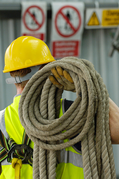 Safety「Construction worker with safety belt and rope on his shoulders」:写真・画像(2)[壁紙.com]