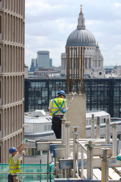 Construction workers wearing harnesses, New St Sq under construction, looking east to St Paul's, City of London, UK:ニュース(壁紙.com)