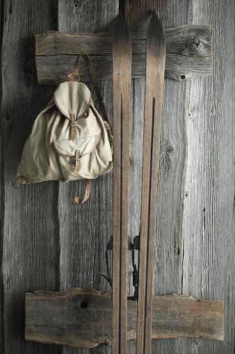 スキー「Wooden ski and old backpack on a rustic wooden wall」:スマホ壁紙(12)