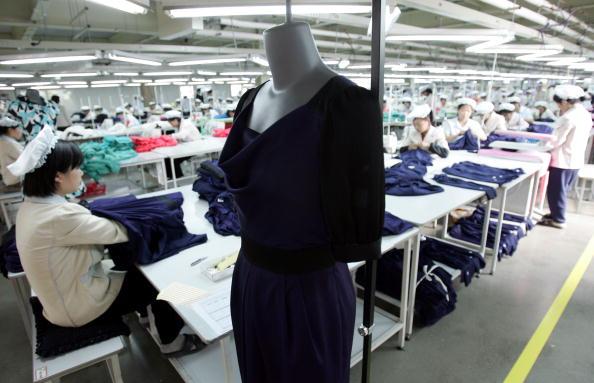 布「North Korean Workers Join Assembly Line At South Korean Industrial Complex」:写真・画像(15)[壁紙.com]