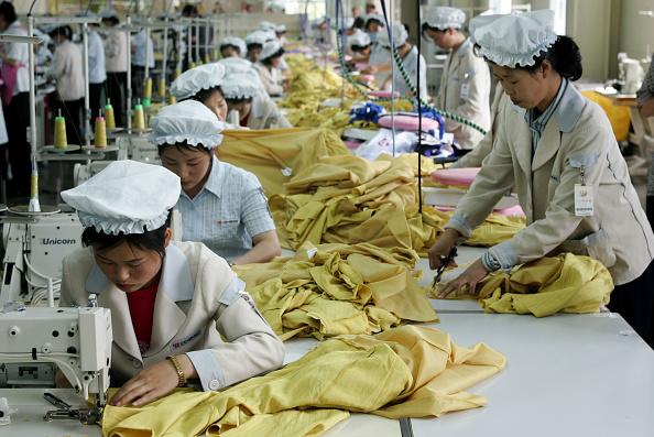 布「North Korean Workers Join Assembly Line At South Korean Industrial Complex」:写真・画像(14)[壁紙.com]