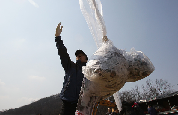 Handout「Defectors From North Korea Release Balloons Carrying Anti-regime Messages Across Border」:写真・画像(11)[壁紙.com]