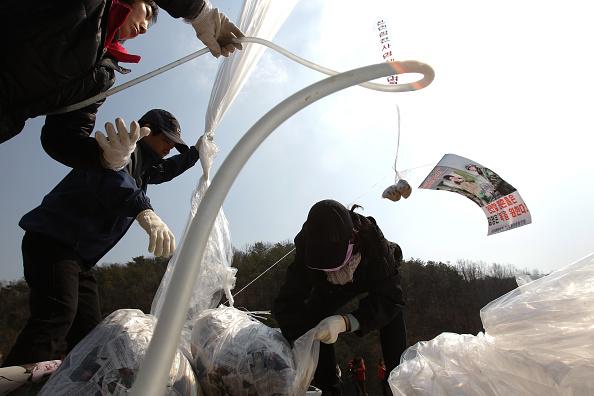 Handout「Defectors From North Korea Release Balloons Carrying Anti-regime Messages Across Border」:写真・画像(9)[壁紙.com]