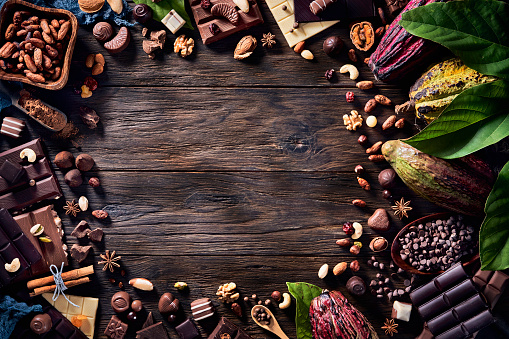 chestnut「Low key image of assorted chocolate and cacao fruits in old fashioned style on a wooden rustic table and copy space in frame」:スマホ壁紙(2)