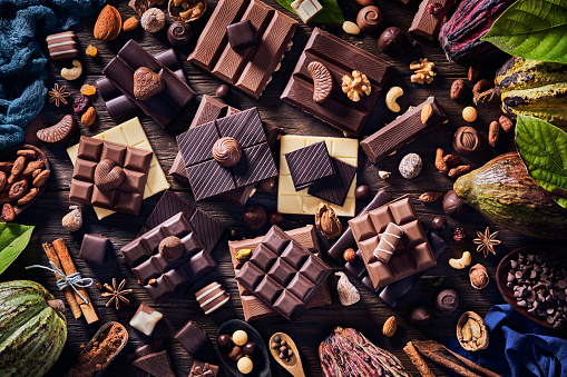 chestnut「Low key image of assorted chocolate and cacao fruits in old fashioned style on a wooden rustic table」:スマホ壁紙(19)