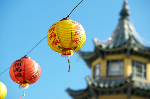 Chinese Lantern「Chinese lanterns suspended on wire, pagoda in background」:スマホ壁紙(15)
