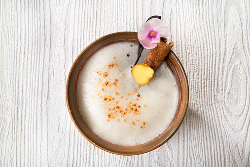 Ginger - Spice「Chai Latte Iced tea in a tea bowl with cinnamon stick and vanilla pod」:スマホ壁紙(9)