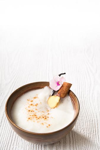 Ice Tea「Chai Latte Iced tea in a tea bowl with cinnamon stick and vanilla pod」:スマホ壁紙(6)