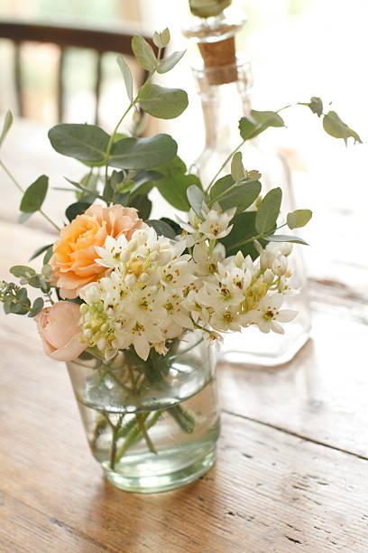 Vase of Flowers on Wooden Table:スマホ壁紙(壁紙.com)