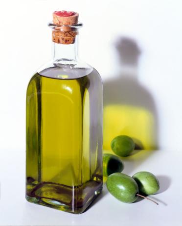 Condiment「Bottle of olive oil with olives」:スマホ壁紙(11)