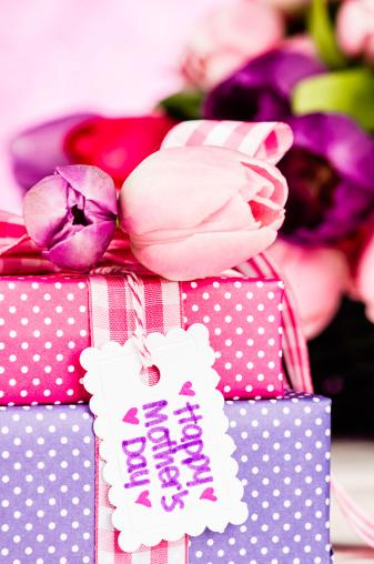 母の日「母の日の贈り物と花」:スマホ壁紙(1)