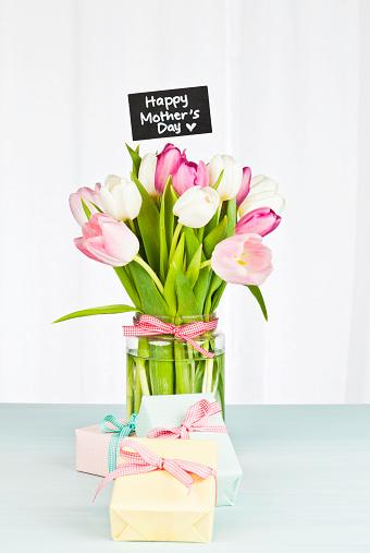 母の日「母の日の贈り物と花」:スマホ壁紙(16)