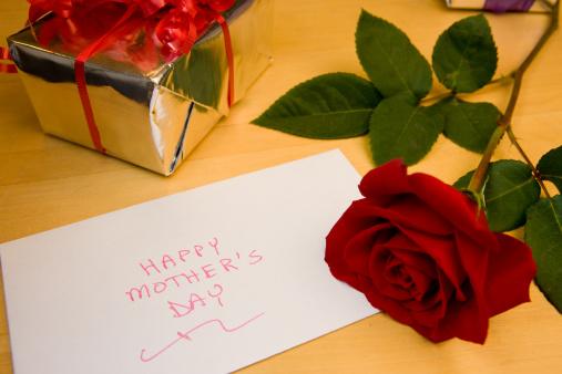 母の日「母の日カード、ギフト&ローズ」:スマホ壁紙(12)