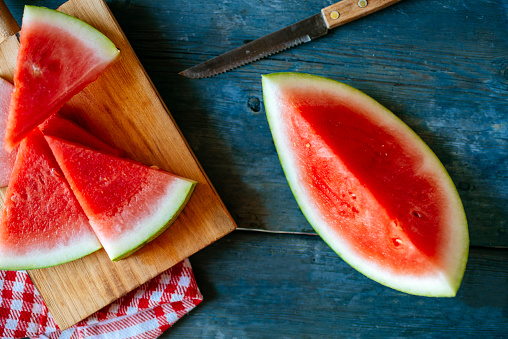 スイカ「Plate of watermelon, cut on blue wood」:スマホ壁紙(0)