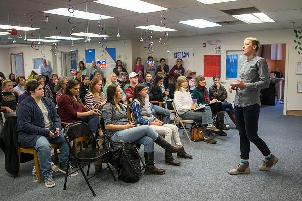 Women's Soccer「Lena Dunham And Abby Wambach Attend Women For Hillary Events」:写真・画像(4)[壁紙.com]