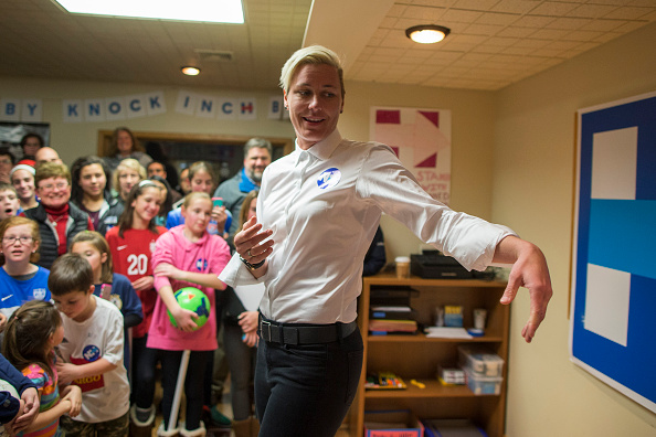 Women's Soccer「Lena Dunham And Abby Wambach Attend Women For Hillary Events」:写真・画像(3)[壁紙.com]