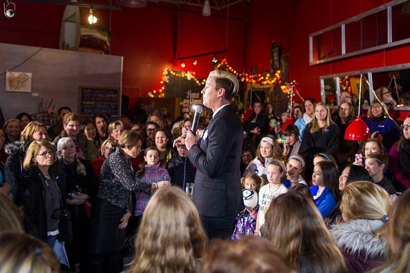 Women's Soccer「Lena Dunham And Abby Wambach Attend Women For Hillary Events」:写真・画像(8)[壁紙.com]