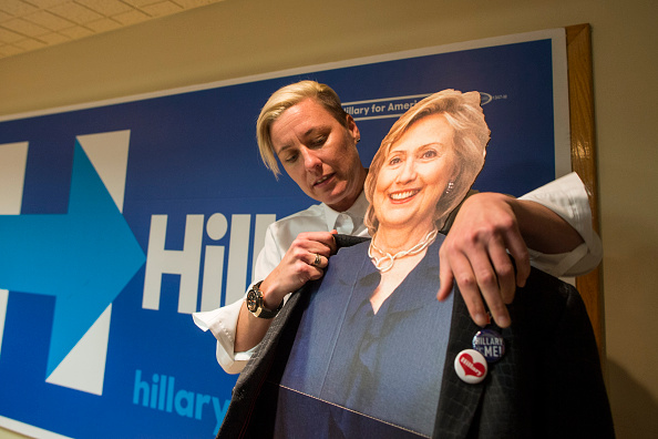 Women's Soccer「Lena Dunham And Abby Wambach Attend Women For Hillary Events」:写真・画像(15)[壁紙.com]